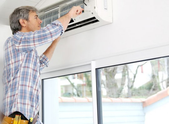aircon repairman servicing singapore